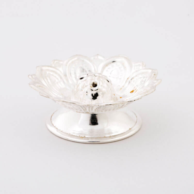 The Silver floral Diya stand is the quintessential of elegance and durability. Eitomizing peace and tranquility it is sure to escalate the calmness while worshipping.
